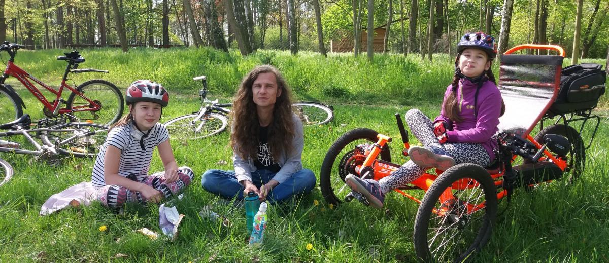 handicapovaná holčička Laura na svém kole